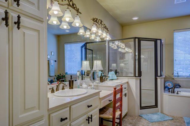 Une douche avec des tiroirs de rangement pour les produits de maquillage