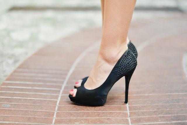 Chaussure à talon haute pour les jupes plissées
