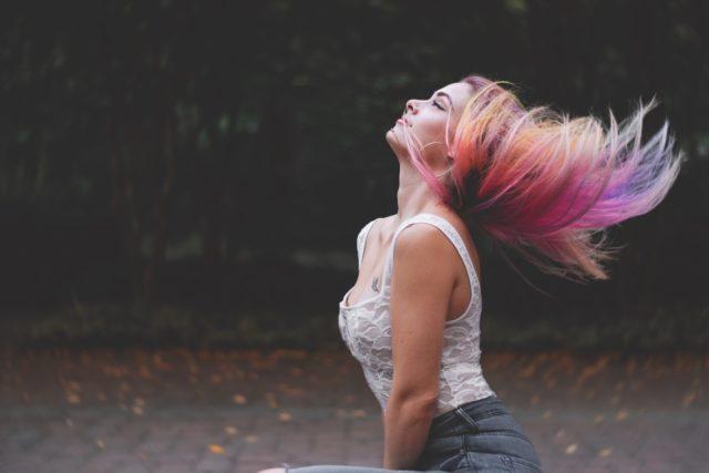 Vous pouvez être glamour avec les cheveux colorés