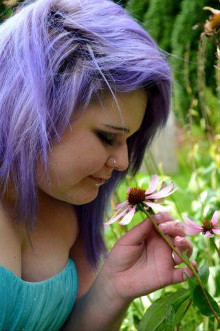 Couleur de cheveux à base violet ou bleu