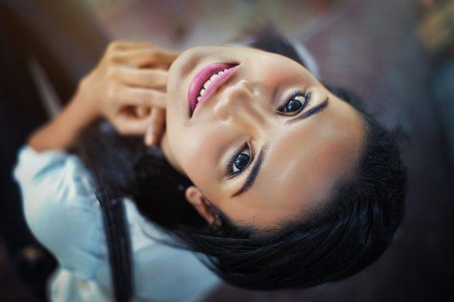 Maquillage pour les filles à cheveux noirs