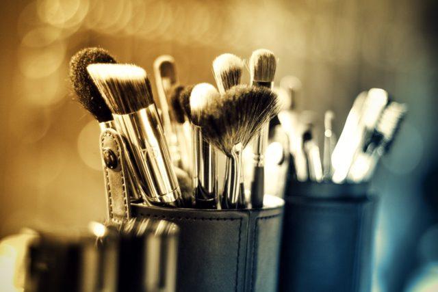Brosse de maquillage rangée en position verticale