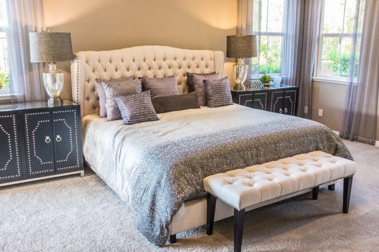 Choix des rideaux dans la chambre à coucher