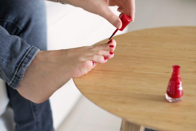 Pédicure maison : appliquer une nouvelle couche de vernis à ongles