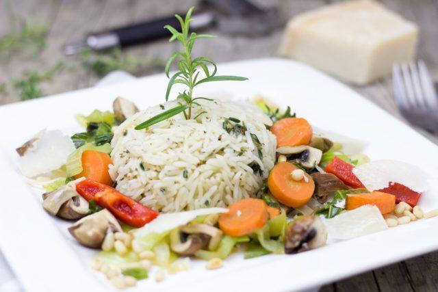 Plat avec riz bien cuit
