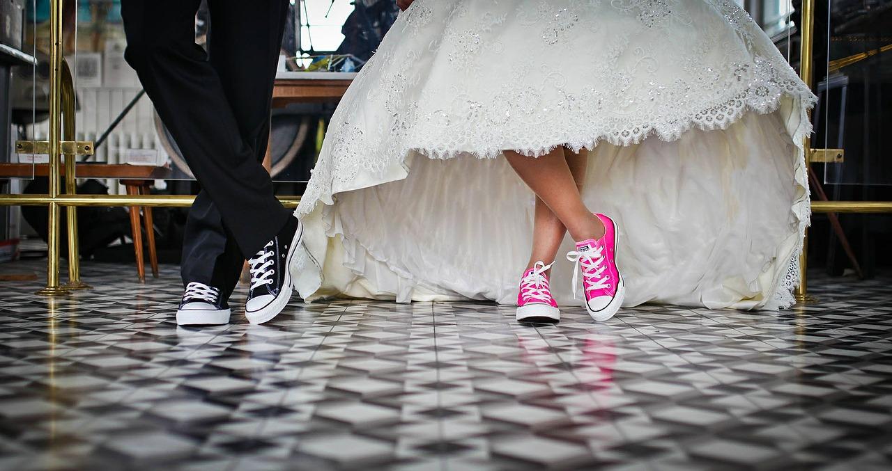 Comment associer une robe ou une jupe avec des baskets ?