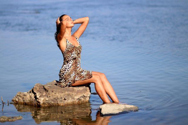 Une robe léopard pour rester à la mode pendant l'été