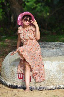 Une robe tropicale à motif fleuri