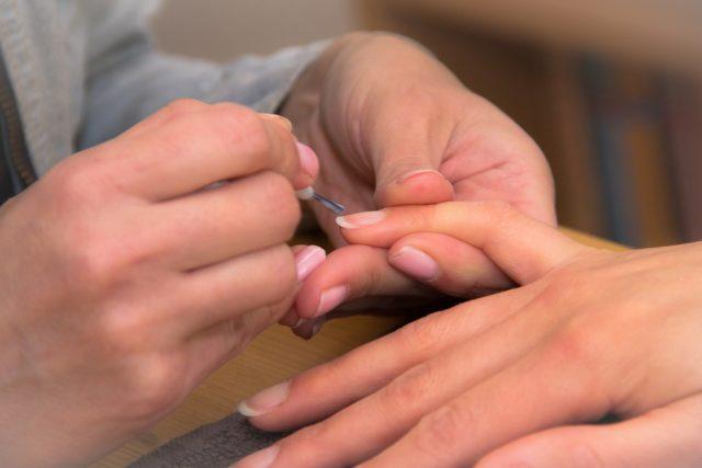 Appliquer une fine couche de vernis à ongles